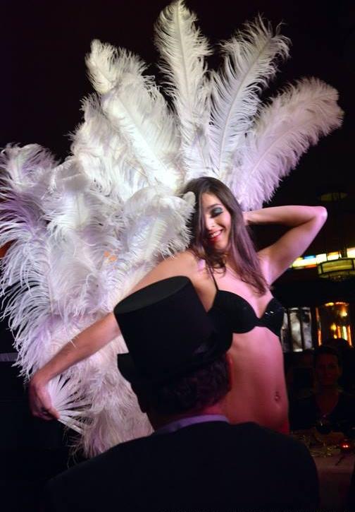 Burlesque danseres met haar prachtige veren waaiers