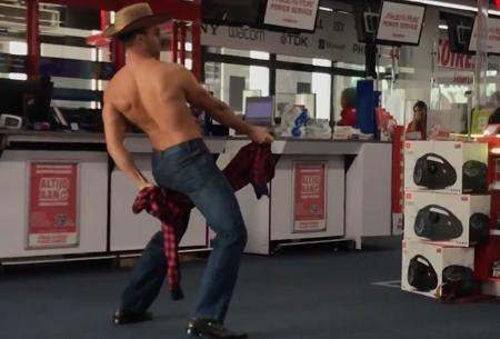 Mannelijke stripper in de Mediamarkt Amsterdam