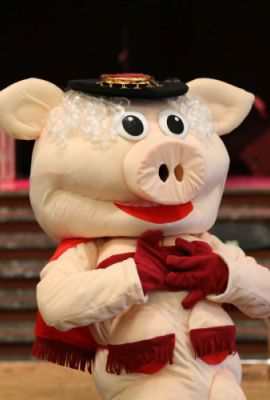 Miss Piggy striptease