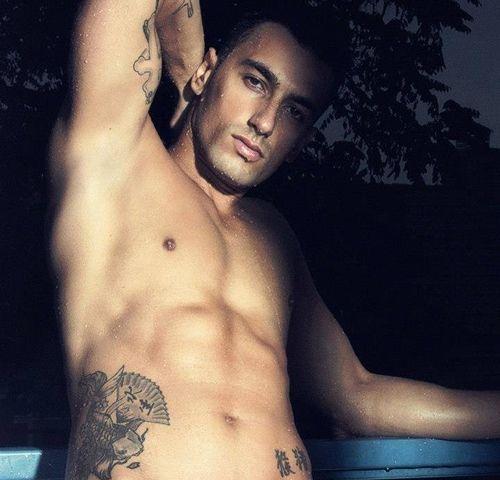 Mannelijke stripper met tattoos