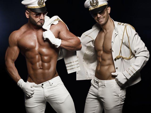 Strippers Kevin en Helios geven shows als de Chipendales