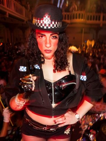 Striptease Blanca als politie agente