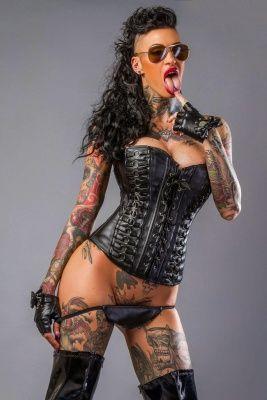 Striptease met tattoos